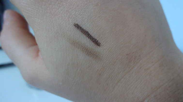 Swatch du Deep Brow en haut & swatch du Brow Wiz en bas